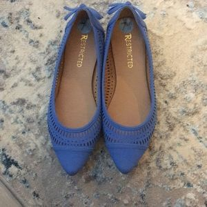 Adorable blue pointy toe bow flats